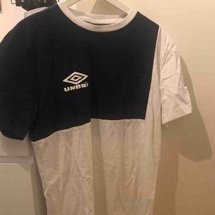 T-shirt från Umbro, sitter ganska löst och är lite längre för en XS/S. Använd max en gång. Kan skicka fler bilder på hur den sitter om intresset finns