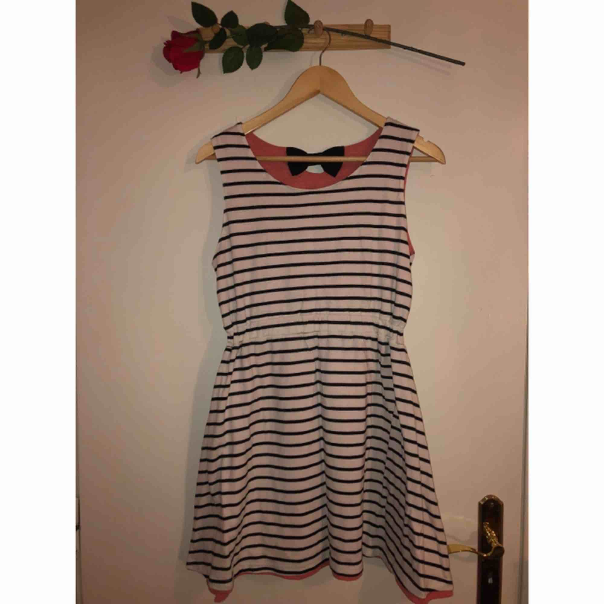 Jättefin och skön klänning som man kan vända och då få 2 olika mönster!! Köpt på en affär i Japan i Harajuku!. Klänningar.