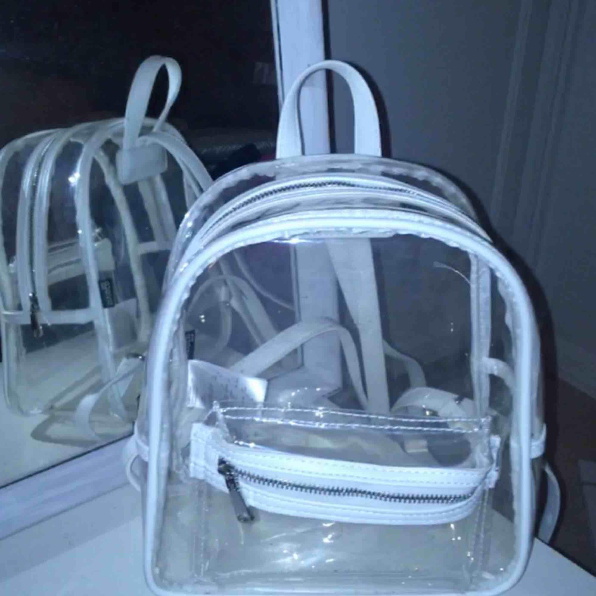 Mini genomskinlig ryggsäck köpt på HM i somras🦋 Bara använd några få gånger! Kan mötas upp i Sthlm ✨⚡️. Väskor.