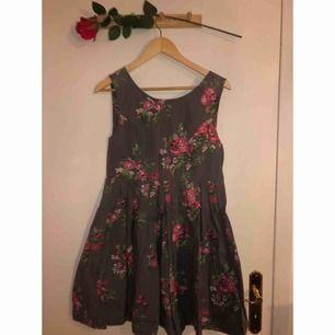 En klänning som är så galet fin med inte blir rättvis på bild! Sömmarna gör att den sitter väldigt figurnära upptill och sen blir perfekt klockad nertill! Fint använt skick