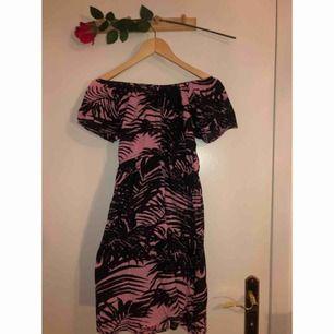 Fin singoallaklänning från Rut&Cirkle med palmblad.