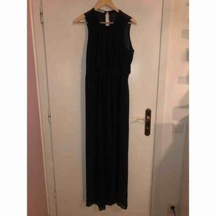 Fin långklänning från Gina som har en kortare underklänning och sedan det skira materialet över!