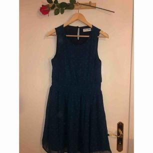Mörkblå klänning med turkosa prickar i nyskick!