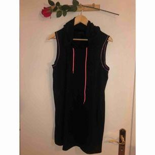 Svart klänning i mjukt material med LUVA! Mysigare blir det inte!
