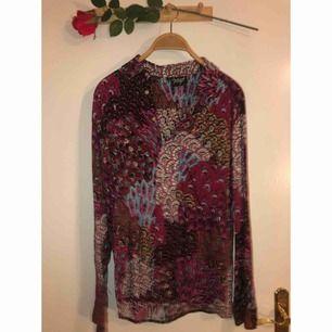 Sååå fin skjorta i en massa coola mönster från American Vintage! Nyskick