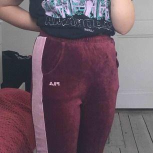 Ett par jättesköna och fina mjukisbyxor från Fila, lila med rosa rand. De är i gott skick, storleken är XS men de passar nog även S.