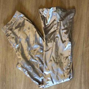 Skittt Snygga kostymbyxor från Nelly i satin. Säljs pga de är alldeles för stor eftersom jag har gått ner i vikt. Köparen står för frakten.
