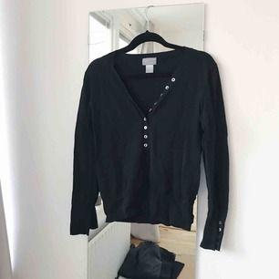 Snygg och skön tröja i uppskattad storlek S.