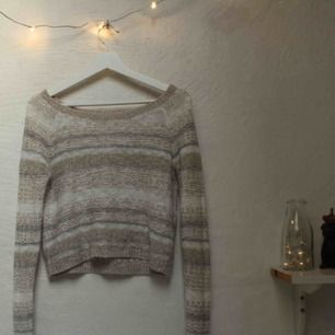 Fin stickad tröja från Abercombie! Modellen är en XL men sitter som en S. Ganska tight runt armarna. Köpt för flera år sedan men inte använd många gånger. Köparen står för frakten 💞