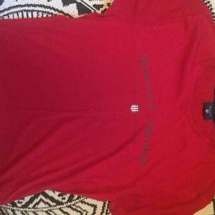 Gant T-shirt. Et litet hål i nacken som är igensytt. Pris+frakt. Om fler bilder skulle viljas bara fråga