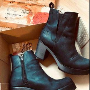 """Skor från märket """"URBAN PROJECT"""", mycket fint skick!! Har inte ens hunnit gå in dem då de var fel i storlek för mig. Har alltså använt dem högst två gånger. Säljer för mindre än halva priset💫"""