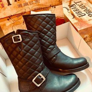 """Skor från märket """"URBAN PROJECT"""", mycket fint skick!! Har inte ens hunnit gå in dem då de var fel i storlek för mig. Använda en gång en kort stund. Säljer för mindre än halva priset!"""
