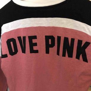 Pink mys tröja, super bra skick, köpt på vs Florida, jätte söt till yoga byxor eller påväg till gymmet💓⭐️