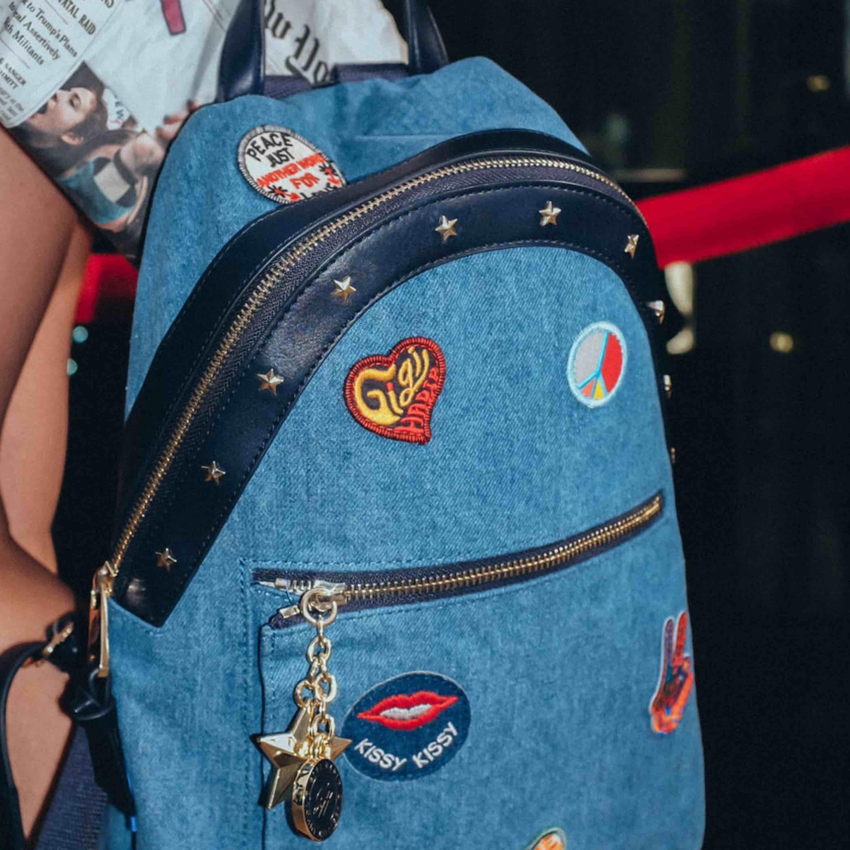 Gigi hadid x tommy hilfiger limited edition, verkligen skitsnygg väska men kommer inte till användning, jeans material, inköpt för 1500:- på deras hemsida innan dem sålde slut⭐️🎉⭐️🎉. Väskor.