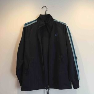 Adidas vintage träningsjacka köpt på secondhand i Amsterdam.   Eventuell frakt betalas av köparen.