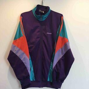 Adidas vintageträningsjacka i lysande färger.
