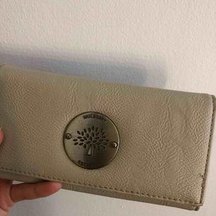 Mulberry plånbok, välanvänd och några repor vid märket. Väldigt rymlig, osv.