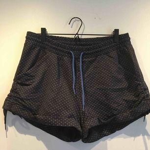 Adidas shorts i mjukt material. Dragsko i midjan och på sidorna.