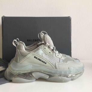 Säljer härmed ett par nya/oanvända Balenciaga Triple S clear sole (grå) i storlek 39. Du som hittat annonsen vet säkert hur eftersöka de är. Pris kan diskuteras vid snabb och smidig affär då det är roligare att skorna kommer till användning.