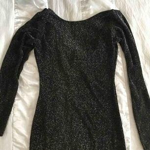 """Superfin klänning som sitter bra och """"formar"""" sig efter kroppen på en fint och smickrande sätt. Älskar denna. Tyvärr så är den inte riktigt min stil längre så därför säljer jag den.❤️ Endast använd en gång på en nyårsfest för ett par år sen."""