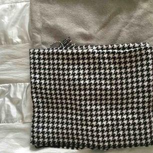 Världens skönaste halsdukar, båda från BikBok. Den grå är mer använd än den vit/svarta (se bild 3), men fortfarande i bra skick! Paketpris: båda två för 200 eller 150kr styck.🌻💕
