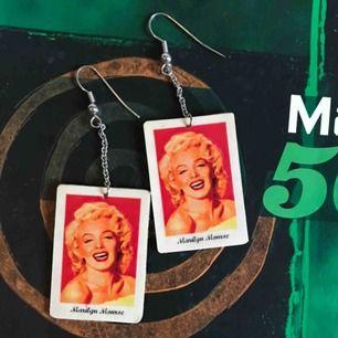 Skit snygga retro Marilyn Monroe örhängen, men samma bild på fram o baksidan. Köparen står för frakten;)