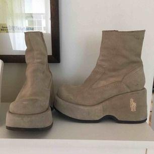 Chunky beiga El Dantes skor, endast använda ett fåtal gånger! Sköna att gå i men är lite för små för mig :( Inköpta för 1600kr och priset kan diskuteras till en viss gräns! :)