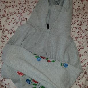 Croppad hoodie med blommor på ärmarna!💖