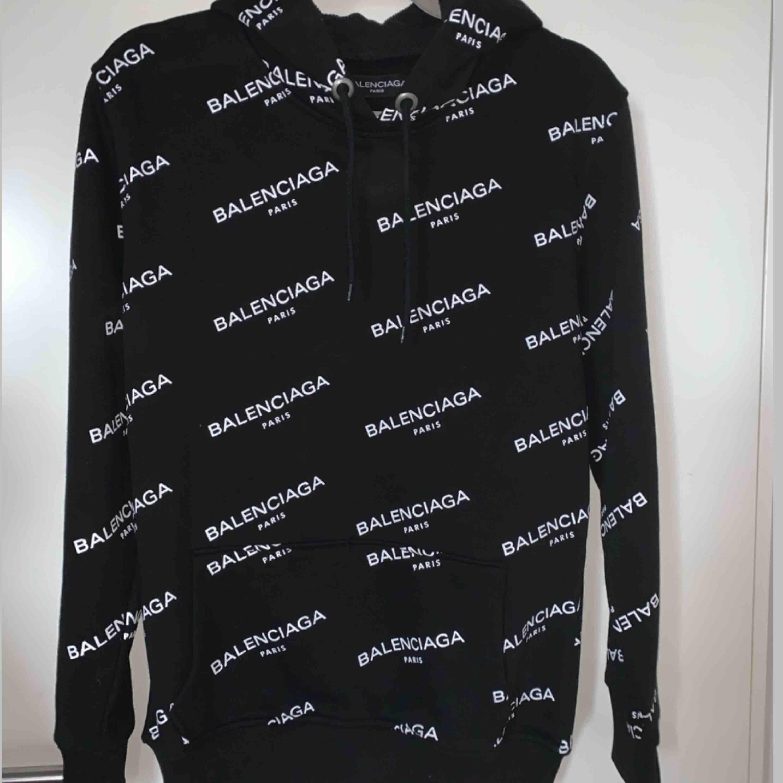 Oanvänd tjocktröja i Balenciaga mönster :)  Möts upp u Stockholm city, annars står köparen för frakt:). Huvtröjor & Träningströjor.