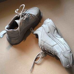 Chunky sneakers från Nelly i storlek 36. Använda vid två utekvällar så bra skick och supersschhöna att gå i!! Frakt tillkommer ✨