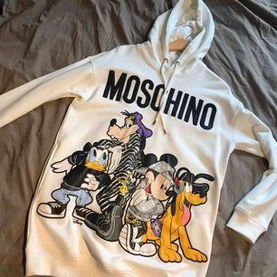 Moschino hoodie/klänning? köpt för ett år sen men aldrig använt. Sprillans ny alltså!! Ordpris 900. Frakt tillkommer ✨