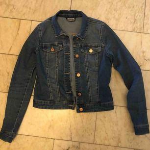 Jeansjacka från Vero Moda's märke Noisy May, storlek XS men passar även en S beroende på hur man vill ha passformen.