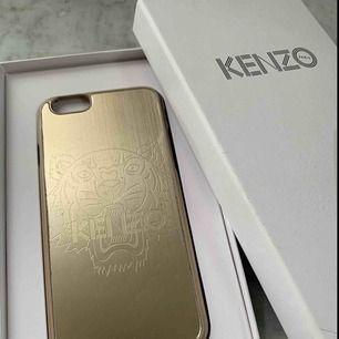 Ett kenzo-skal i guld med en inristad tiger. Passar iPhone 6.