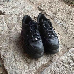 (Har normalt storlek 38 på alla skor, men dessa är stora i storlek så 36 passar mig perfekt)  Säljer nu mina fina Buffalo London sneakers då jag har två par. De är i bra skick sparsamt använda. Frakt tillkommer, först i kvarn ✨