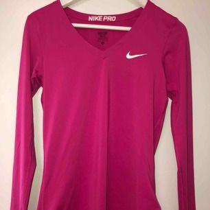 Träningströja från Nike PRO. Är i nyskick, V-ringad, långärmad, skönt material/textil som leder bort svett!