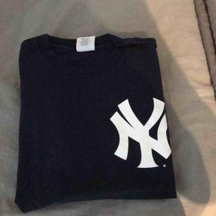 Väldigt fin vintage t-shirt i en fin mörk blå färg, strl L men passar mer som en S på mig som är 177. Sparsamt använd.   Hämtas i Stockholm