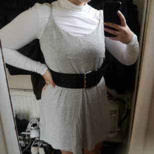 Enkel söt klänning! Styla med t.ex polotröja under så är den perfekt till hösten! Oanvänd. Frakt 49kr💘