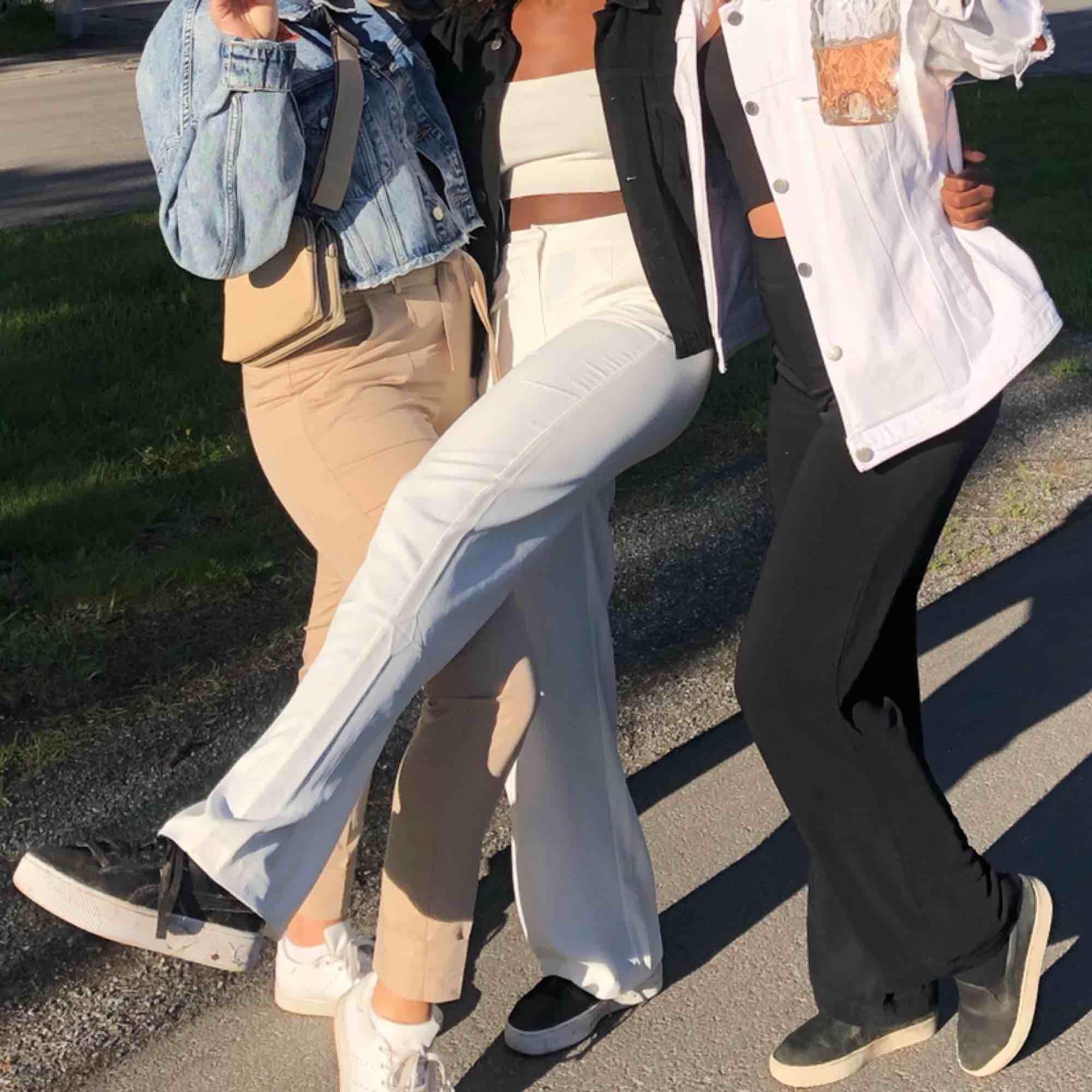 Vita supersnygga kostymbyxor!!! Jag är 164 för den som undrar. . Jeans & Byxor.