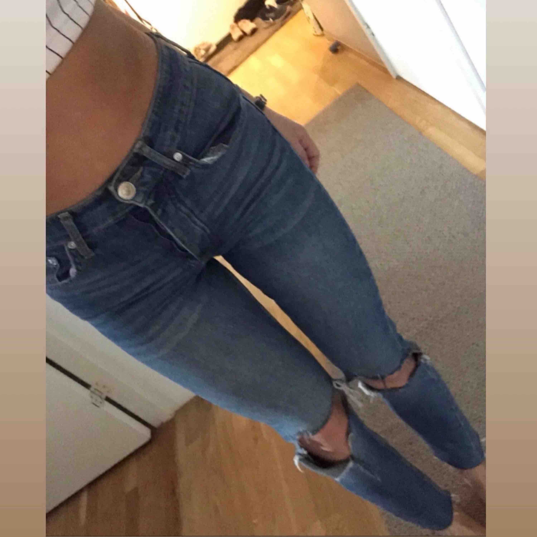 Tighta jeans med egengjorda hål i storlek s  Möts upp i Stockholm city, annars står köparen för frakt:). Jeans & Byxor.