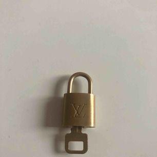 Säljer mitt Lv lås med två nycklar. Lås + en nyckel 550kr två nycklar och lås 600kr  Lås 500kr. Använt max två gånger. Kan gå ner i snabba affärer och vid  seriösa köp.