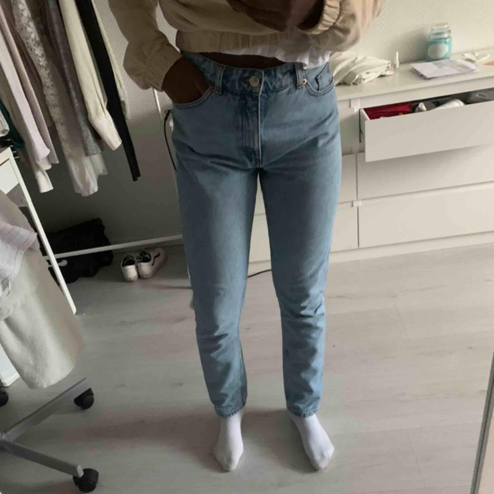 Mom jeans från Monki i modellen Kimomo. Jag är 1,64 för den som undrar😁. Jeans & Byxor.