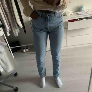 Mom jeans från Monki i modellen Kimomo. Jag är 1,64 för den som undrar😁