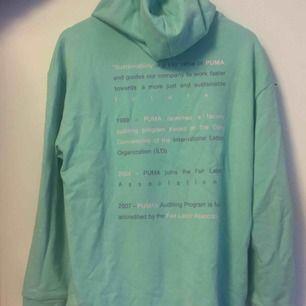 En sjukt cool hoodie med blå turkos färg! Helt oanvänd!