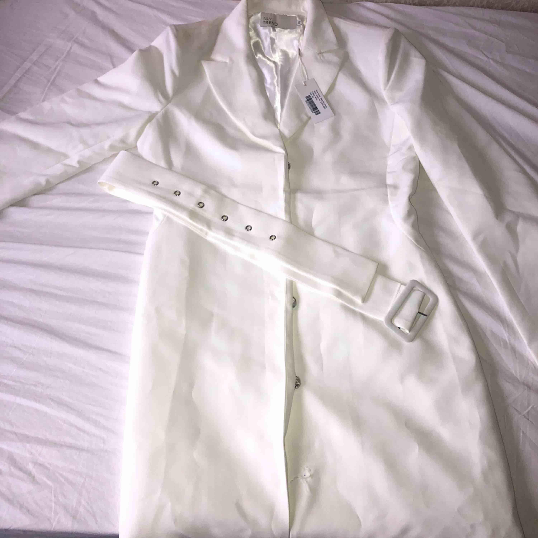 Söt klänning från Nelly som jag köpte för 600kr. Provade den en gång och knappen längst ner gick sönder och hann inte lämna tillbaka varan. Frakt ingår i priset. . Klänningar.