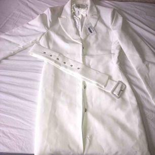 Söt klänning från Nelly som jag köpte för 600kr. Provade den en gång och knappen längst ner gick sönder och hann inte lämna tillbaka varan. Frakt ingår i priset.