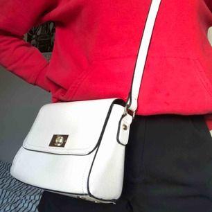 Ljusrosa väska med guldiga och svarta detaljer💓bra skick💓tar swish💓köparen betalar frakt💓