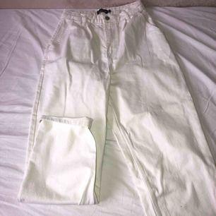 Vita mom jeans från PrettyLittleThing som är knappt använda. Passar perfekt om man har smalare midja och stor underdel.