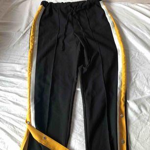 Dessa byxor har kostym ish material, med knappar längre ner som går att öppna och stänga, knappt använda!
