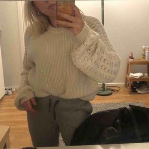 Mjuk stickad tröja från bikbok med stora mönstrade armar, använd under förra vintern. Storlek XS men skulle även passa S och kanske M.