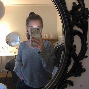 En grå tunn stickad tröja, är lite oversized. Använd fåtal gånger.